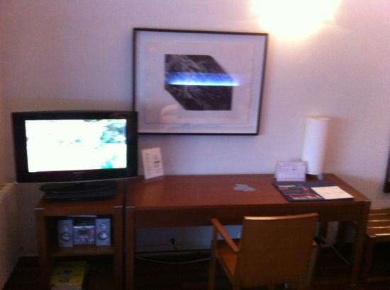 Hotel America Vigo: TV, Hilo musical y escritorio