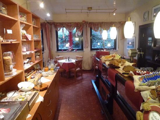 Hotel Am Wartturm: Frühstücksbuffet mit Bar rechts