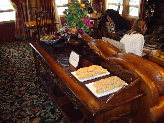 Rusty Parrot Lodge and Spa: Afternoon cookies and coffee