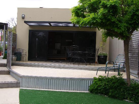 Adelphi Apartments: Outdoor area