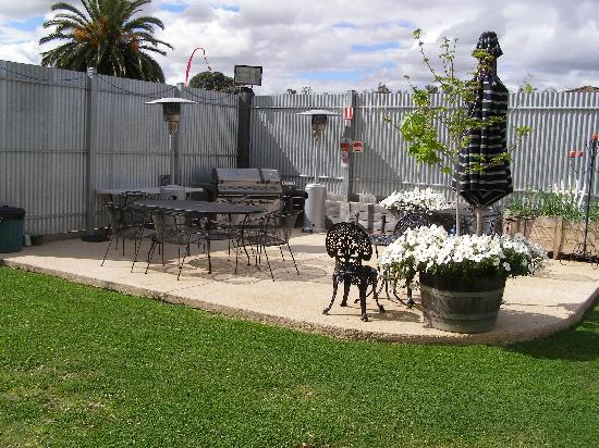 Adelphi Apartments: Barbeque area