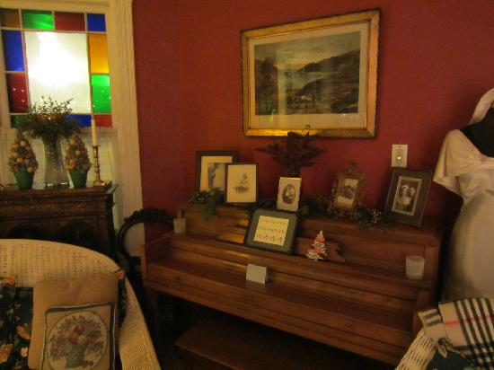 River Run Bed & Breakfast: Piano in the common area