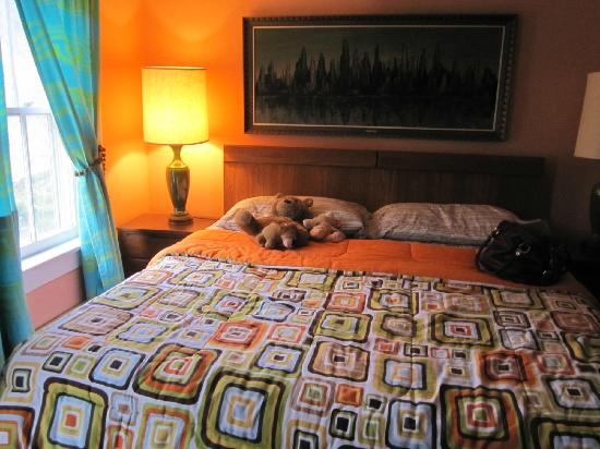 River Run Bed & Breakfast: King size bed in Retro Suite