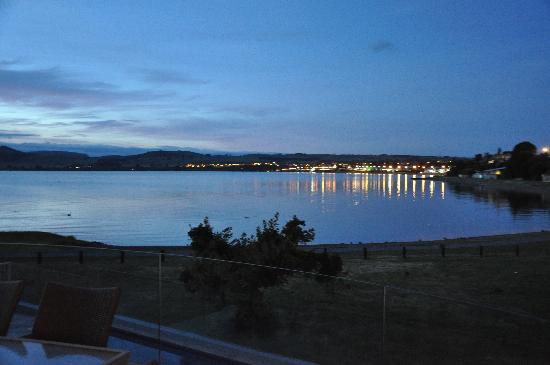 Waimahana Luxury Lakeside Apartments: View from Balcony at night