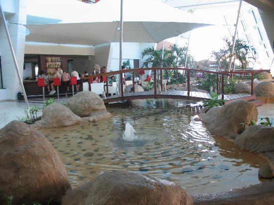 Golden Shores Crown Paradise: Lobby bar