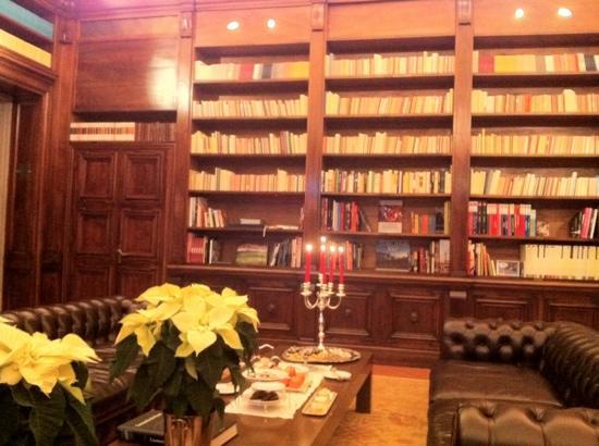 Il Salviatino: prendre le thé dans la bibliotheque...