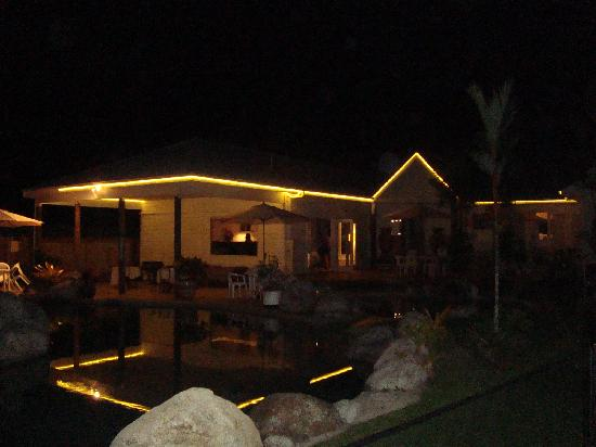 Mossman Motel Holiday Villas: Evening View from Pool Side Villa