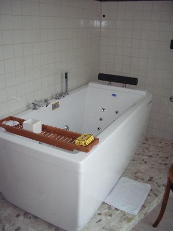 La Torretta: Beautiful tub