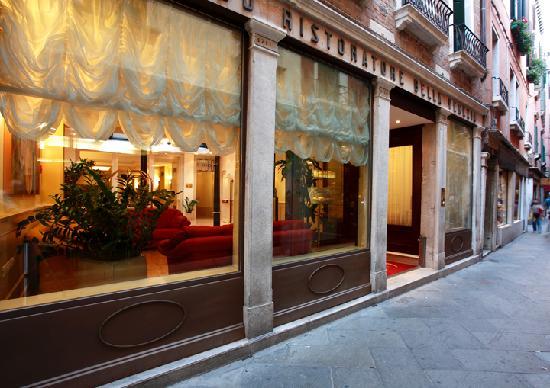 Bella Venezia: Entrata dell'Hotel in Calle dei fabbri