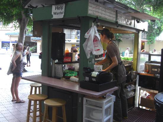 Da Falafel King: 裏側をのぞいて見る、人手不足か求人中
