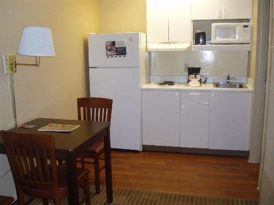 Extended Stay America - Nashville - Vanderbilt: Dining area/kitchen