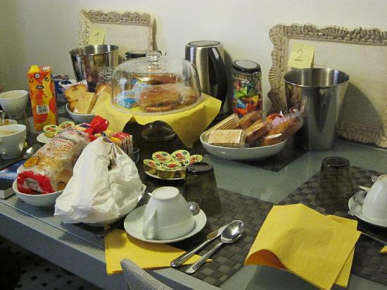 Gio & Gio Bed and Breakfast: Frühstückstisch/ Küche