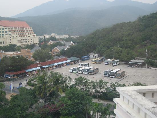 Holiday Inn Resort Sanya Yalong Bay: sightseeing stop parking lot-many tour buses during the day making the beach very crowded