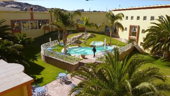 Luderitz Nest Hotel: Pool und Innenhof