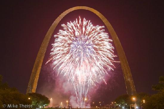 The Gateway Arch avec des feux d'artifices
