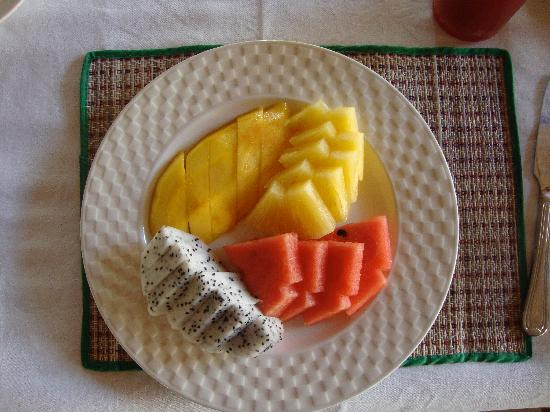 Golden Cupids Hotel: Typical amazing fruit platter
