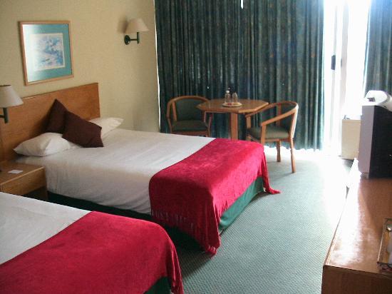 Wilderness Beach Hotel: Bett und Sitzecke