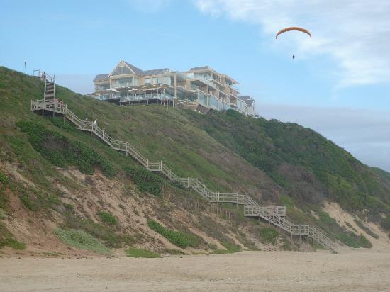 Wilderness Beach Hotel: Paraglider vor der Treppe zum Hotel