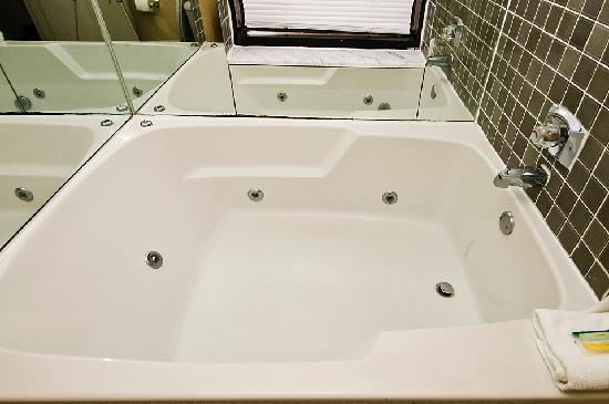 Four Sails Resort: whirlpool tubs are in every unit