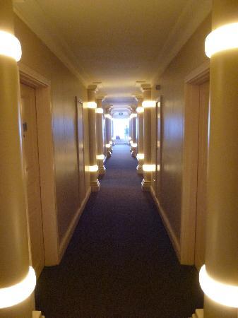 The Riverside Hotel: Flur zu den Zimmern