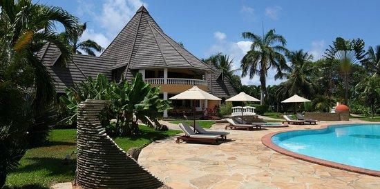 Sunset Villa Luxury Boutique Resort: pool and mainhouse
