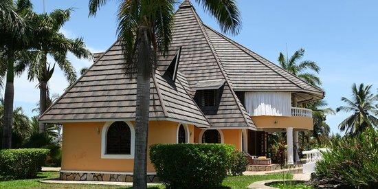 Sunset Villa Luxury Boutique Resort: mainhouse sideways