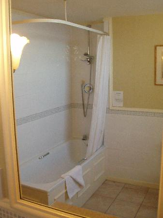 The Grand Hotel: Bath & shower