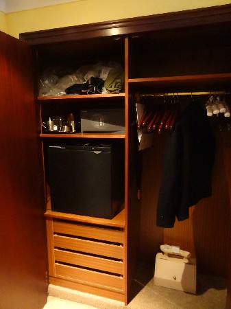 Le Meridien Barcelona: Closet in Mediterranean Suite w/ coffee pot