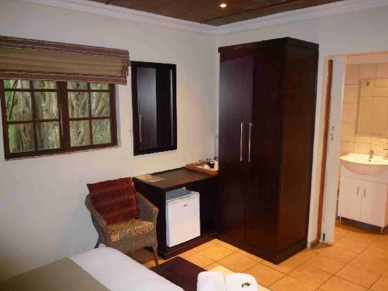 Emdoneni Lodge: Zimmeransicht mit Kleiderschrank und Wasserkocher