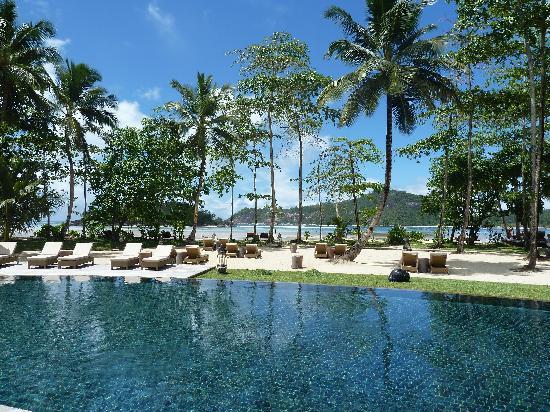 Constance Ephelia : View around the pool (beach behind)