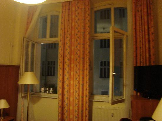California am Kurfürstendamm: View of the windows from inside my room.
