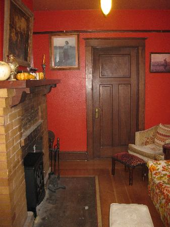Bluebird Guesthouse: small cozy sitting room - would be awesome to have a fire!