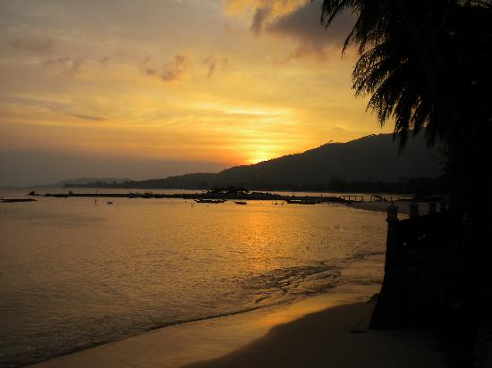 Weekender VIlla Beach Resort: Sunset over the beach