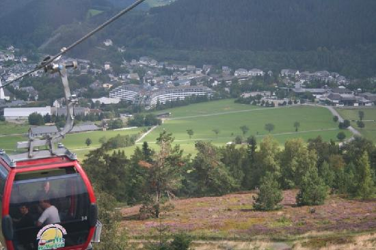 Willingen, Alemania: Aerial view of hotel from cable car