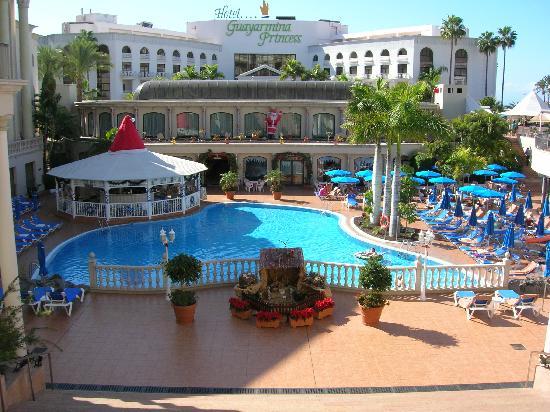 Bahia Princess Hotel: Pool area with restaurant to rear