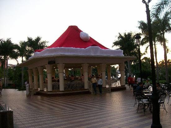 Hotel Riu Vallarta: Courtyard Prior to Xmas Rush