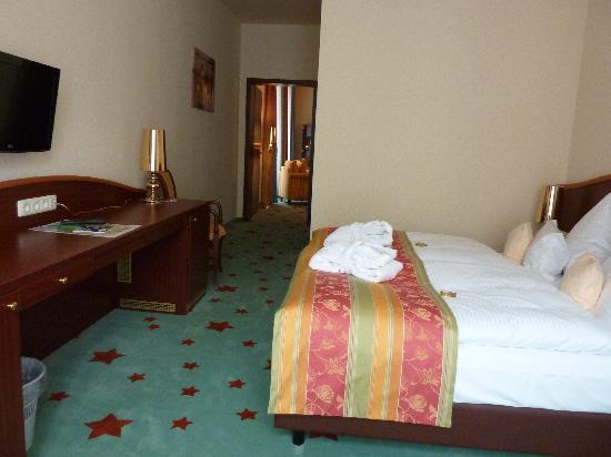 Stadthotel Stern: Schlafzimmer mit Durchgang zum Wohnbereich