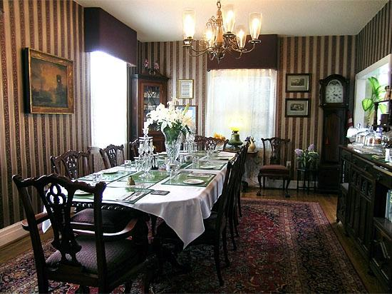 Rose Manor Bed and Breakfast: Dining room
