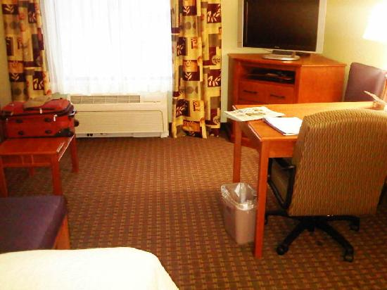 Hampton Inn & Suites Grand Rapids Airport / 28th St: King Room-2