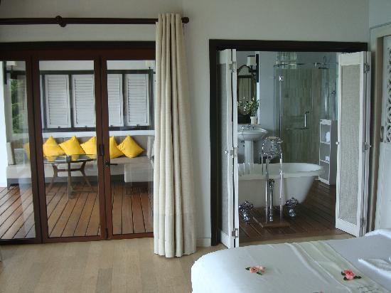 The Shore at Katathani: Bedroom / Bath / Outdoor lounge