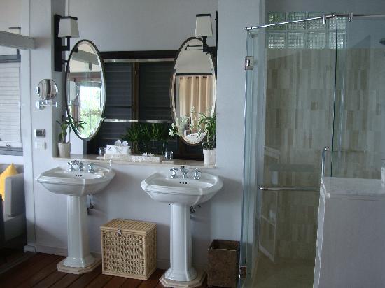 The Shore at Katathani: Bathroom sinks / Shower