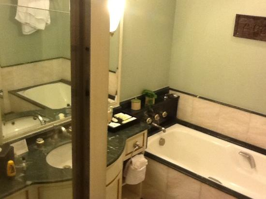 JW Marriott Hotel Surabaya: bathroom