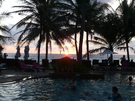 Kata Beach Resort and Spa: Sunset over the pool