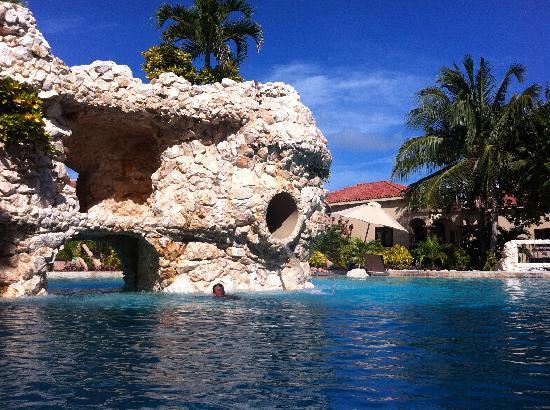 Coco Beach Resort: rock slide pool