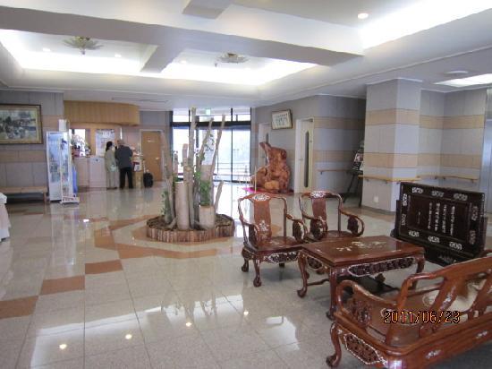 Hotel Grand Tencoo : 1階フロント