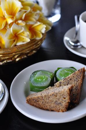 Maya Ubud Resort & Spa: Complimentary tea time snacks in the hotel