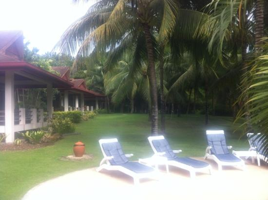 Henann Resort Alona Beach: front villas near the pool