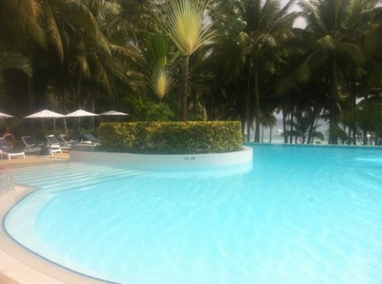 Henann Resort, Alona Beach: pool with sunbeds