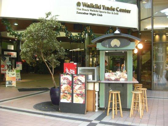 Da Falafel King: ワイキキ・トレード・センター北東角の出入り口にワゴンはある
