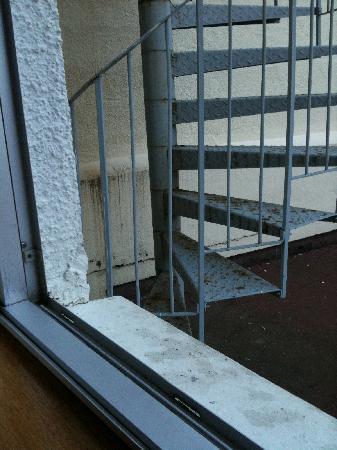 Le Grand Tetras Hotel: Le super escalier de métal à 70 cm de ma fenêtre